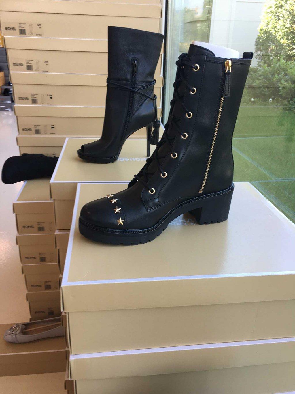 Scopri tutte le scarpe e le calzature da donna firmate Michael Kors  disponibili nel nostro Showroom in stock e all ingrosso. ea3408f906c