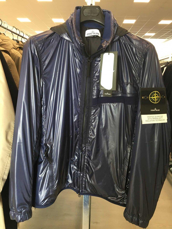 1c6a510bb3 Scopri tutti i capi di abbigliamento da uomo firmati Stone Island  disponibili nel nostro Showroom in stock e all'ingrosso.